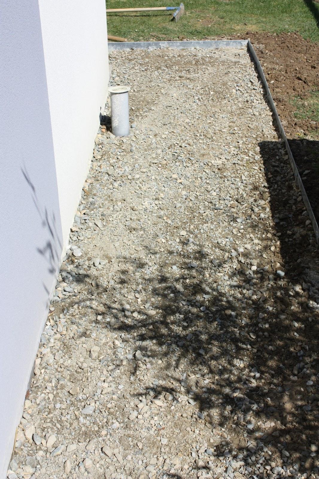 Bricolage de l 39 id e la r alisation all e en pas japonais gravier blanc for Allee de jardin en tout venant