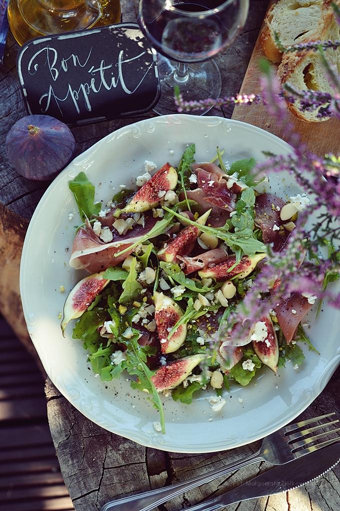 Sałatka z figą, szynką Serrano, kozim serem i orzechami