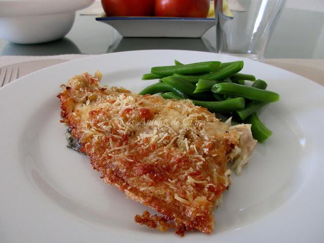 Lubina al horno con cubierta de cebolla, pan rallado y queso parmesano
