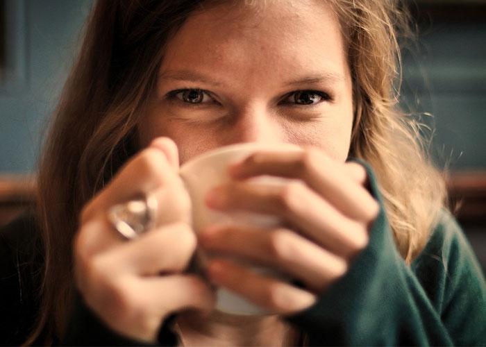 menina tomando uma xícara de café