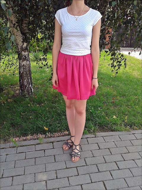 Bluzka w serduszka i różowa spódnica z kieszeniami