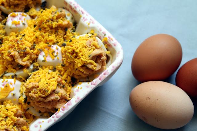 Huevos rellenos de langostinos y atún