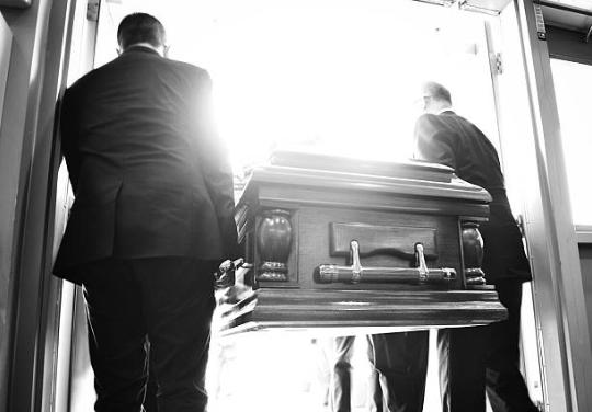 """Murió tras dormir en un ataúd para atraer la """"buena suerte"""""""