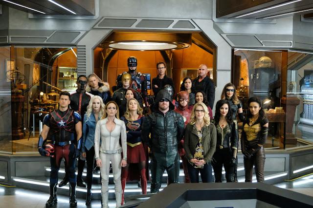 todos los héroes juntos de las series Arrow, The Flash, Legends of tomorrow y Supergirl
