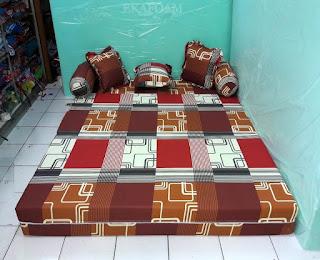 Sofa bed inoac dengan motif abstrak sirkuit coklat posisi kasur inoac