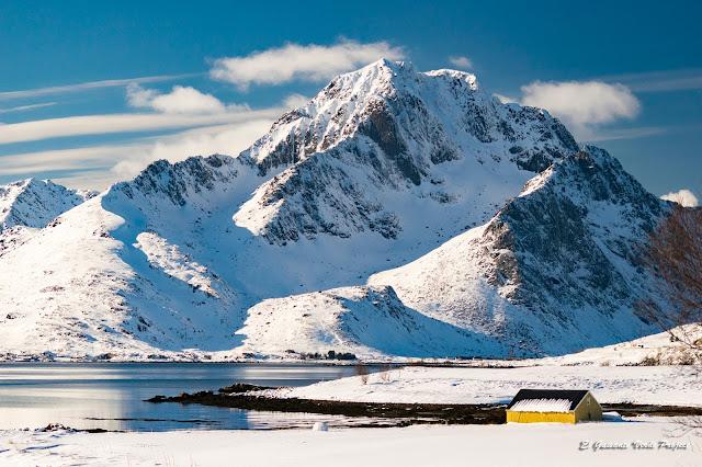 Lofoten, montañas sobre el fiordo, por El Guisante Verde Project
