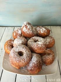primer-plano-de-roscos-de-anís-con-azúcar-glas