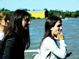 Será que ele vai conseguir? Garota Nervosa com Brinquedos do Parque de La Costa, Tigre, Buenos Aires, Argentina