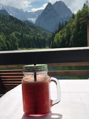 Mason Jar Fruchtcocktail, Hochzeit in Apfelgrün und Weiß im Riessersee Hotel Garmisch-Partenkirchen, Hochzeitshotel in Bayern, heiraten in den Bergen am See
