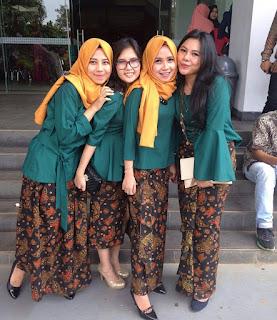 model kebaya muslim kutubaru hijau tua rok batik