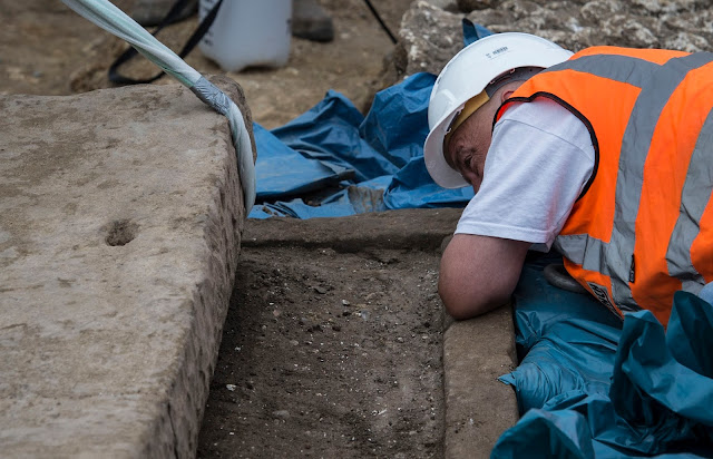 Extremely rare Roman sarcophagus lifted from ancient Southwark burial site