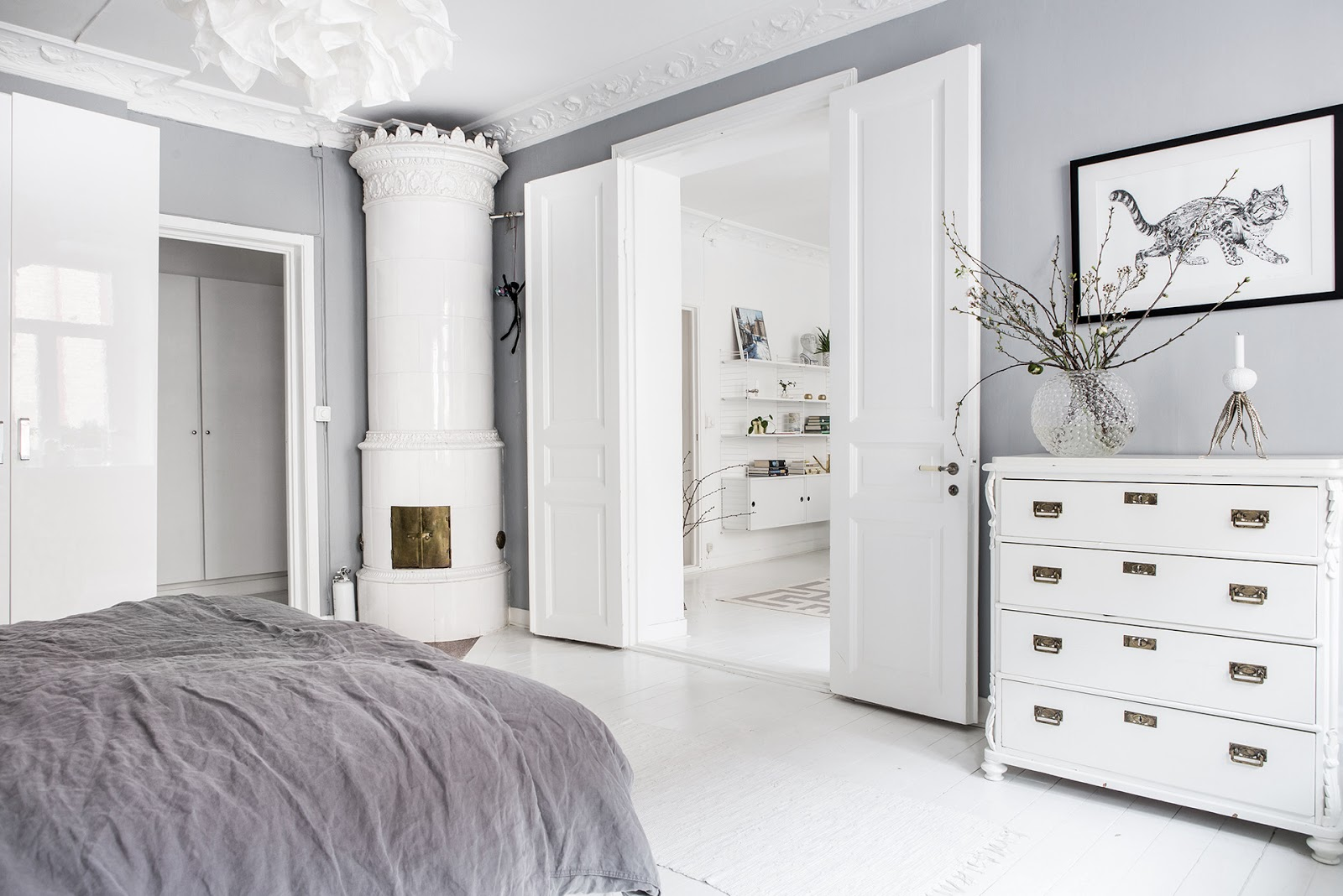 dormitorio, estilo nordico, cajonera, blanco, decoracion nordica, cama, sabanas gris, interiorismo, alquimia deco