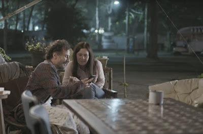 Durval mostra foto de filha para Thelma — Foto: TV Globo