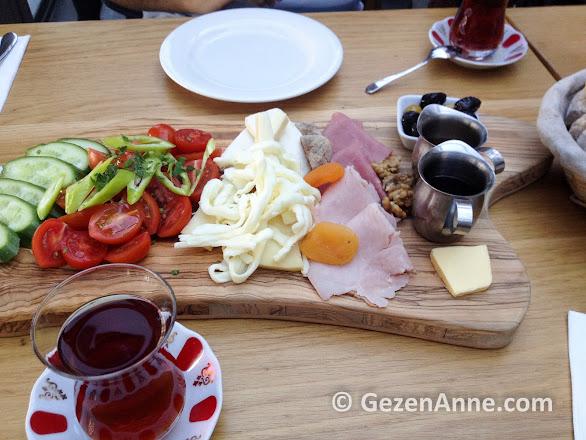 Beyaz Fırın'ın iki kişilik kahvaltı tabağı, Ataşehir İstanbul