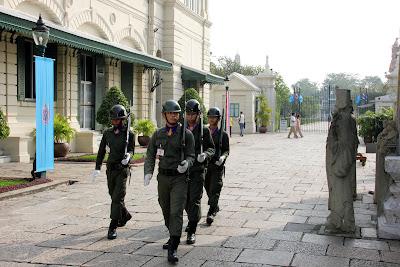 Guardia al Grand Palace di Bangkok
