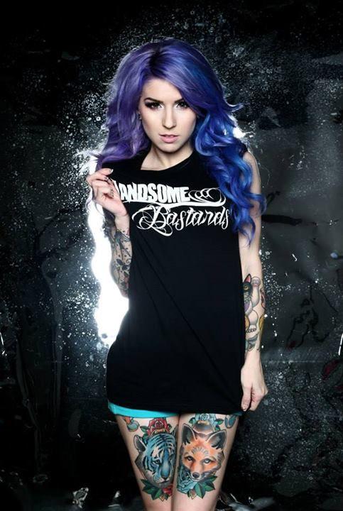 foto de modelo con tatuajes en las piernas, tatuajes de zorro y tigre