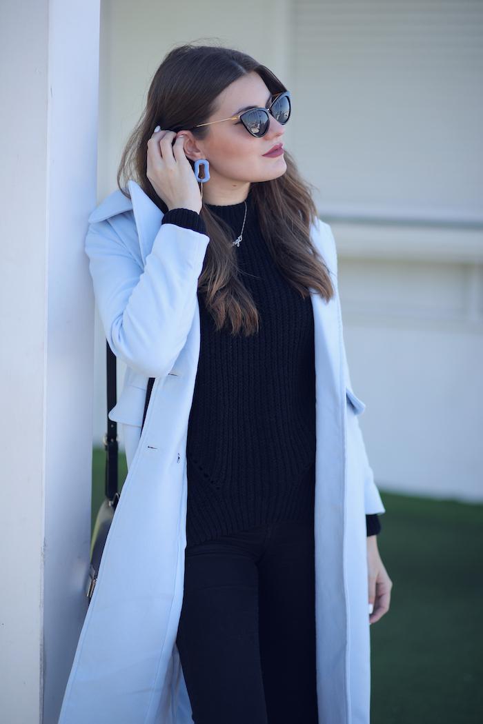 Tener cuidado de vende diseño innovador Outfit Negro 1: Con Abrigo Celeste