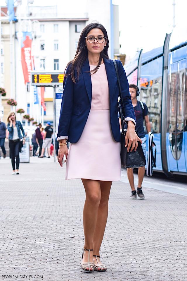Što odjenuti za posao: plavi sako i mini roza haljina