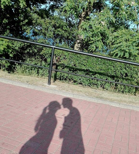 cień zakochanej pary całującej się