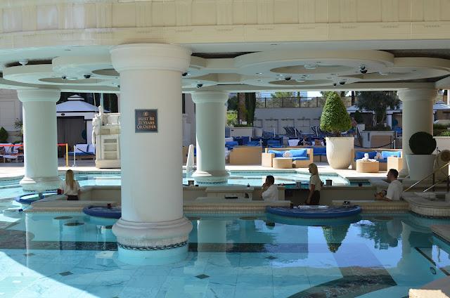 Jardim dos Deuses - bar e área do poker.