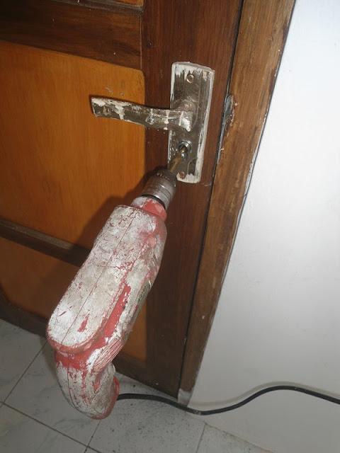 mengganti kunci pintu rusak