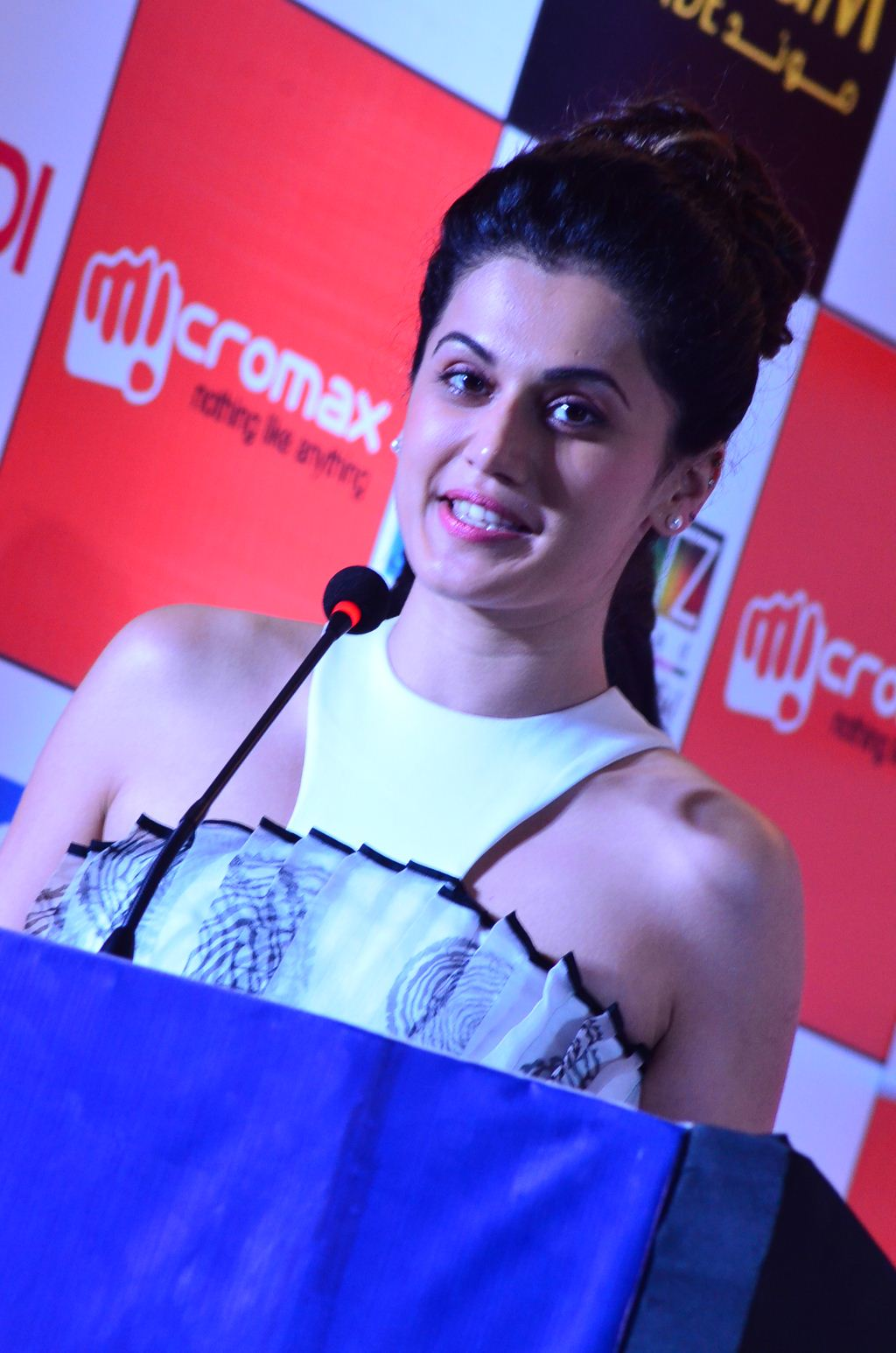 Taapsee Pannu Looks Super Sexy Pics At SIIMA Awards