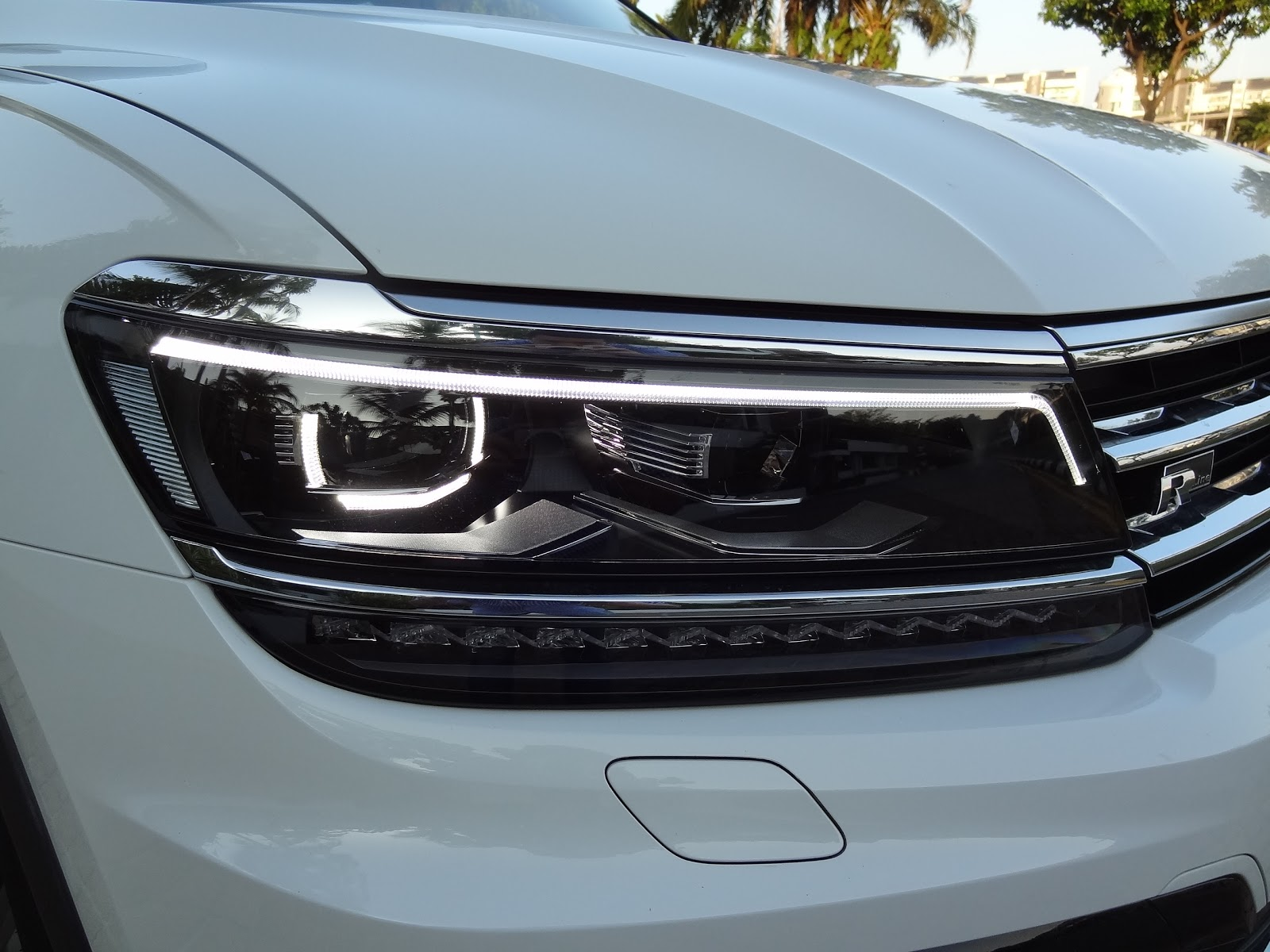 tiguan volkswagen lights. the striking headlights with led technology come as standard on new tiguan. leds stand out in particular their large volume of light, tiguan volkswagen lights