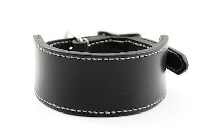 Collare per levriero in cuoio nero con imbottitura in pelle nera e cuciture in filo bianco fatte a mano su misura