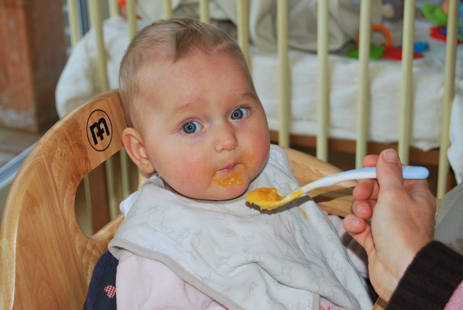 Kind wird mit Brei gefüttert