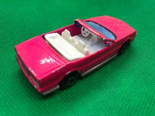 キャデラック アランテ のおんぼろミニカーを斜め後ろから撮影