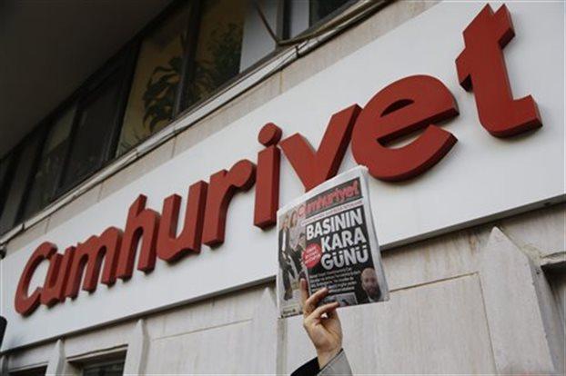 Υπό κράτηση ο αρχισυντάκτης της τουρκικής εφημερίδας Cumhuriyet