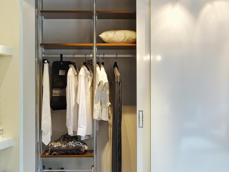 In 4 einfachen Schritten zu unkomplizierter Ordnung. Plus: Der Traum von perfekten Stauraumlösungen und begehbaren Kleiderschränken - https://mammilade.blogspot.de