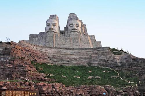 estátuas dos imperadores Yan e Huang – China