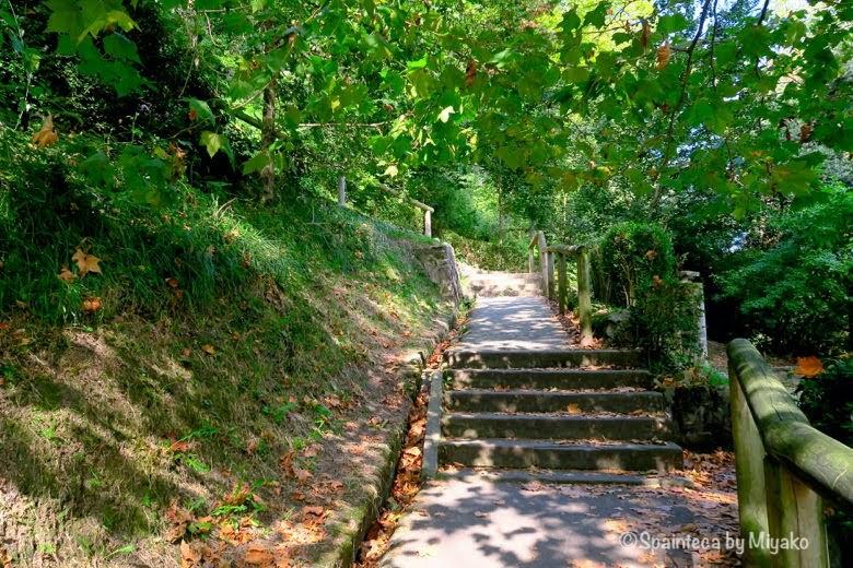 緑に囲まれたモンテ・ウルグルの小道 Donostia-San Sebastián