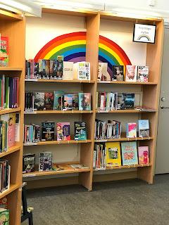 regnbågshylla hagaskolans bibliotek