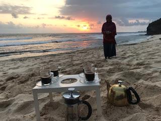 Pemandangan matahari tenggelam di Pantai Ngudel