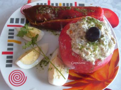 Пълнени домати със сирене и печени чушки
