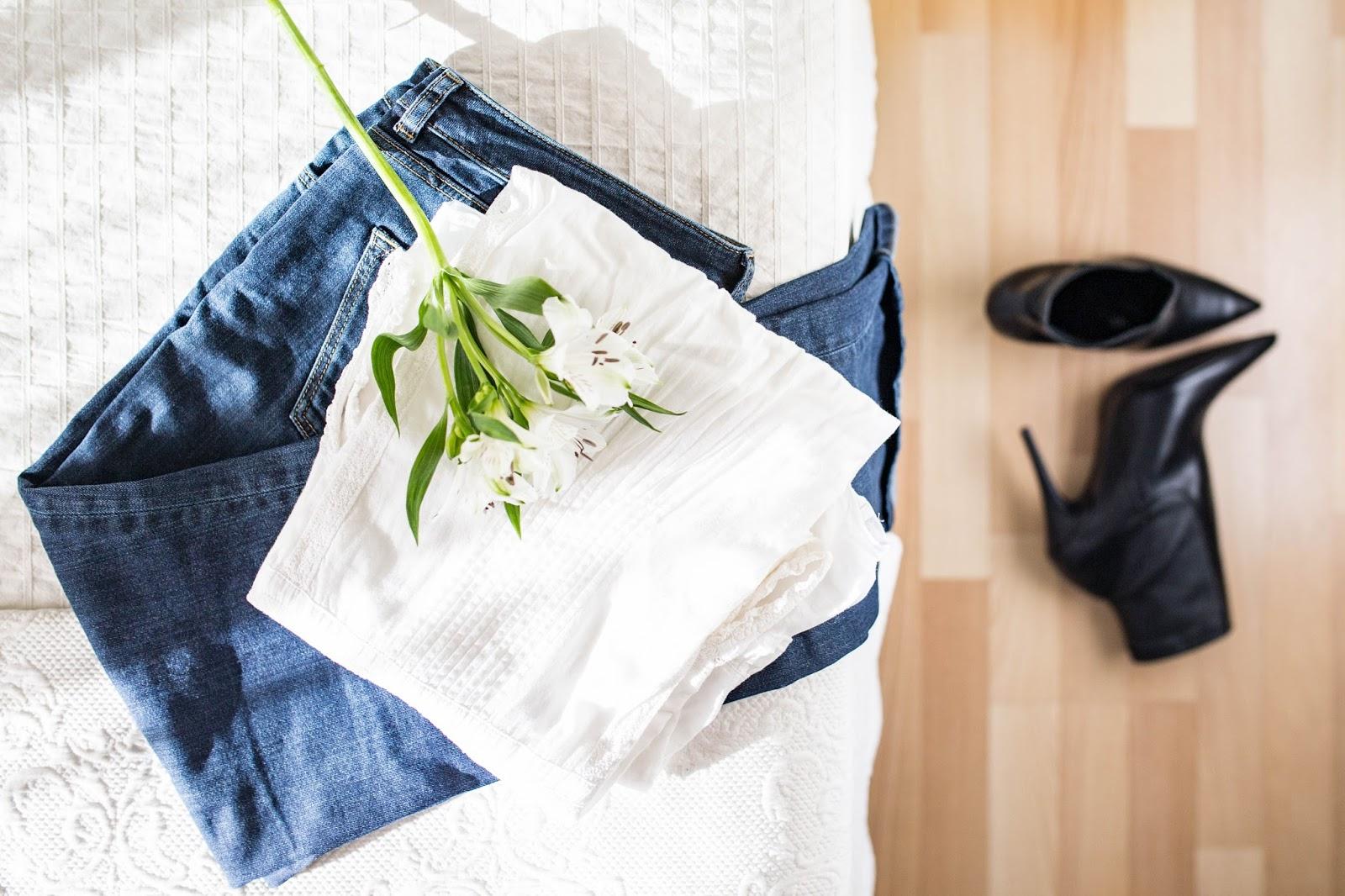 fondo-armario-look-otoño-prendas-jeans-camisa-blanca-flores