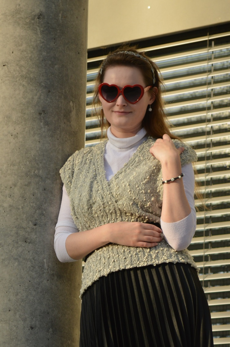 quaintrelle, georgiana, quaint, outfit, vintage, ootd, vest, pleated skirt, deichmann, heart shaped glasses