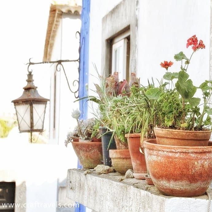 plusy i minusy podróżowania z biurem podróży, wycieczka z biurem podróży, ciekawe miejsca do zwiedzania , uliczka w Portugalii , Obidosa