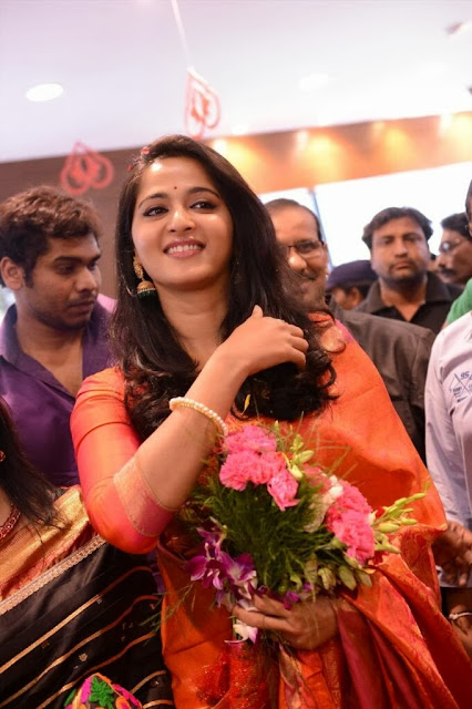 Acress Anushka Shetty Pos in Saree~  Exclusive 0002.jpg