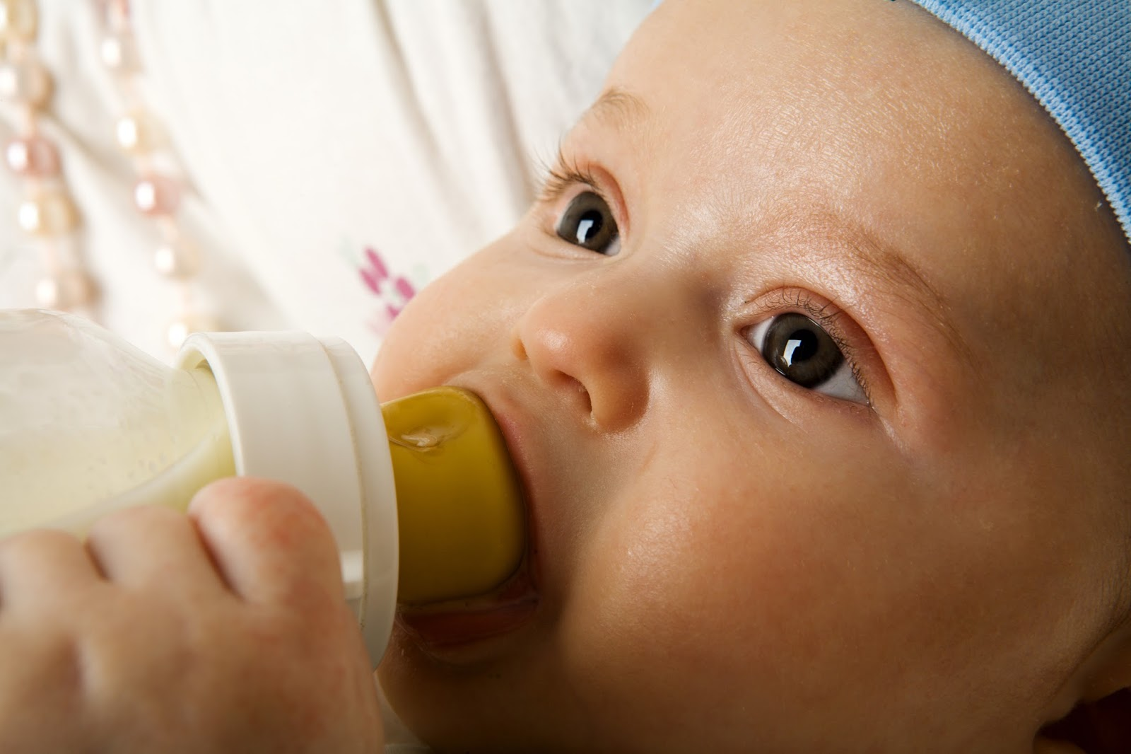 هل يحتوي حليب الأم على ميكروبات؟