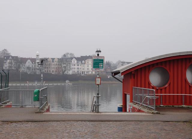 Einfach mal Fähre fahren: Mit dem Adler I von Kiel-Wik nach Holtenau und zurück. Vom Anleger in der Wik kann man über den Kanal nach Holtenau sehen.