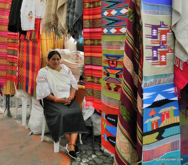 Vendedora em traje indígeno no Mercado de Otavalo, Equador