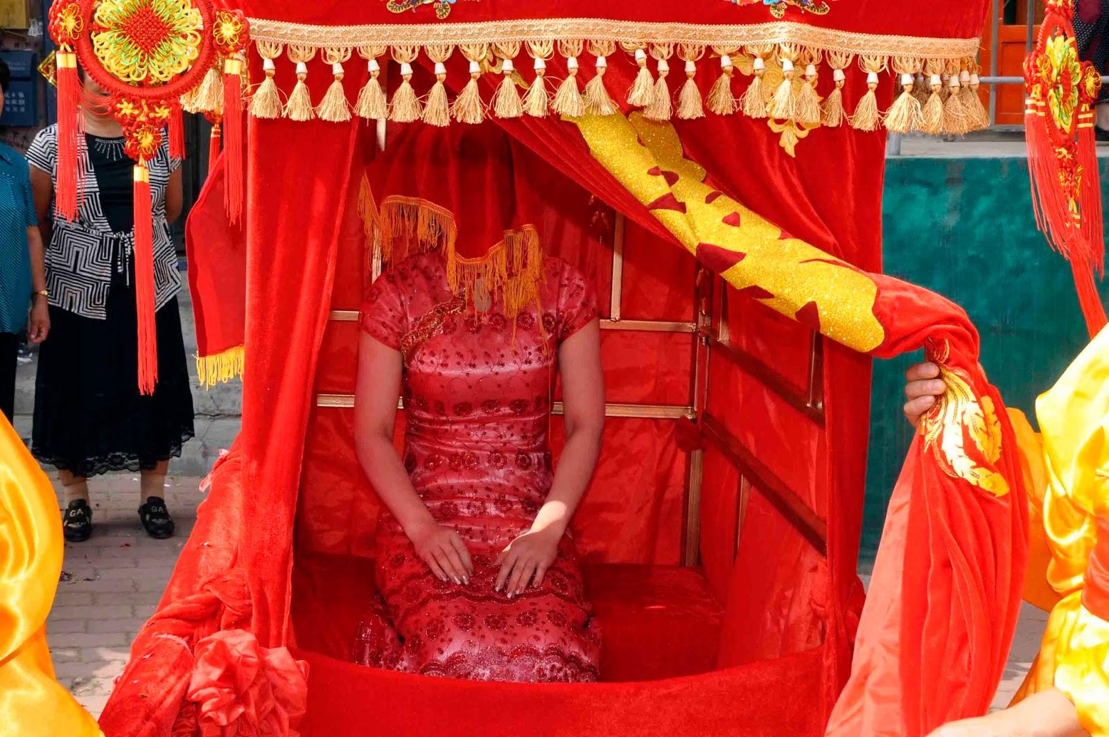 Noiva chinesa preparada para o grande momento em sua liteira: ilustra a seção a respeito dos textos das linhas de ''Heng / Duração'', um dos 64 hexagramas do I Ching, o Livro das Mutações