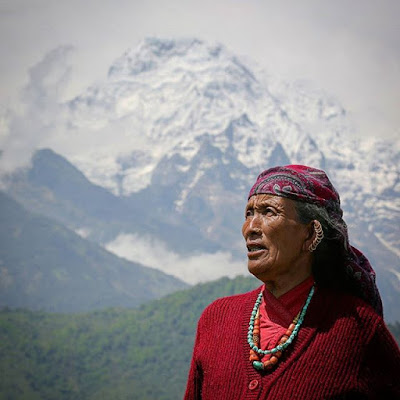 Mujer gurung con Annapurna