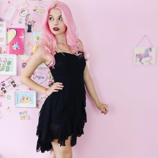 12 Pastel Goth Makeup and Outfits to Inspire You Instagram juliazelg pastel pink hair