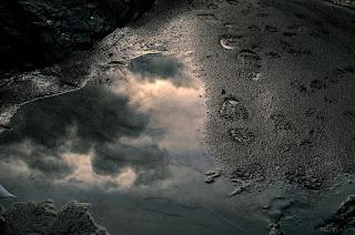 https://pixabay.com/en/footsteps-reflection-water-steps-2844808/