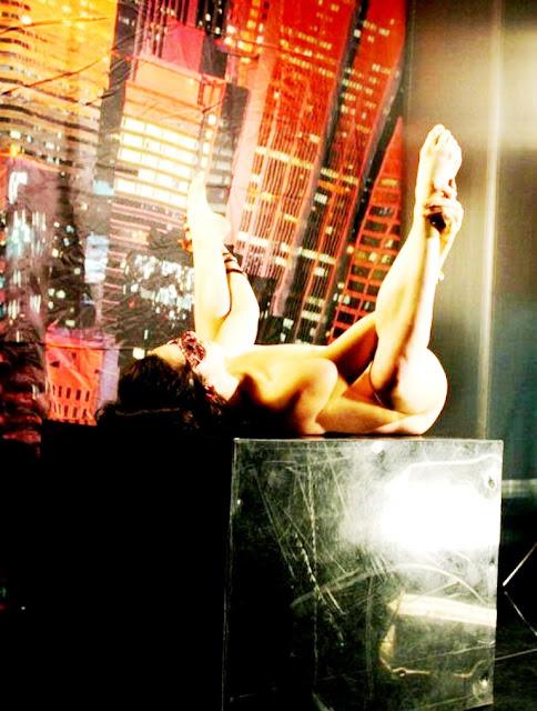 фото эротика www.eroticaxxx.ru - обнаженная девушка танцует