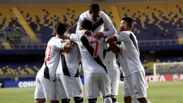 Vasco aplica 4 a 0 e praticamente sela classificação na Libertadores